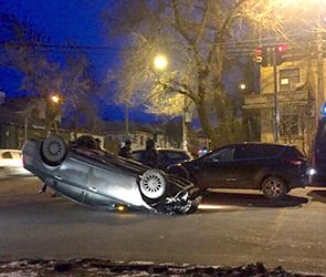Появились фото ДТП с перевернувшейся машиной на Солнечной улице в Воронеже