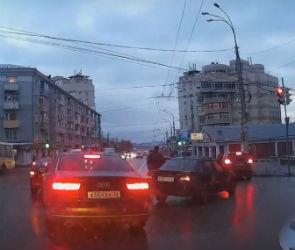 В сети появилось видео столкновения иномарок в центре Воронежа