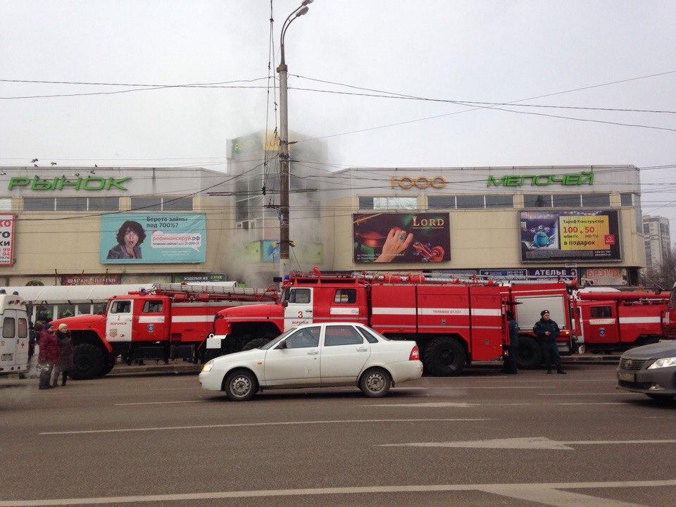 Очевидцы сняли на видео пожар на рынке «1000 мелочей» в Воронеже