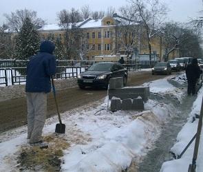 Воронежцы: На улице Ломоносова ставят бордюры и стелют асфальт прямо в снег