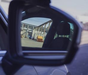 Воронежец разбил зеркала заднего вида микроавтобуса из-за неправильной парковки
