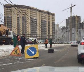 На улице Шишкова иномарка протаранила столб и четыре автомобиля