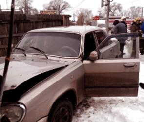Водителя Волги, протаранившего забор и дом в центре Воронежа, увезли в больницу