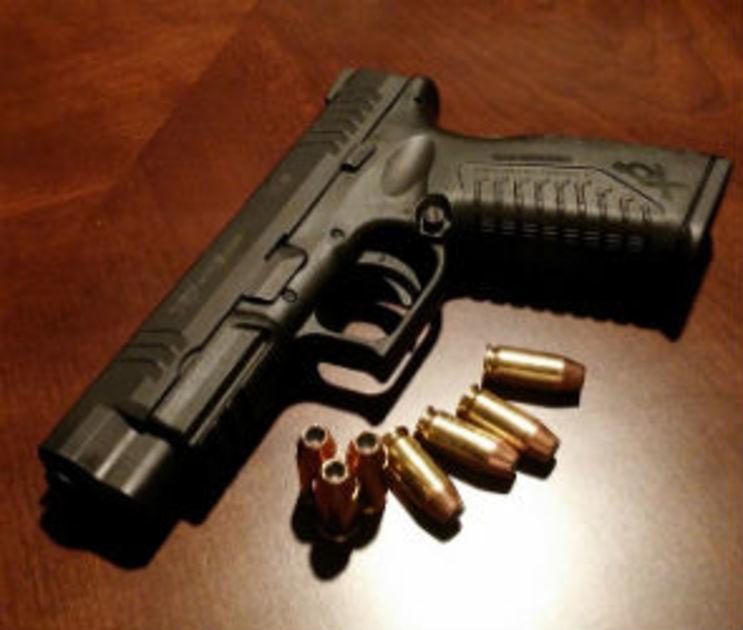В Воронеже на рынке парень с пистолетом напал на прохожего