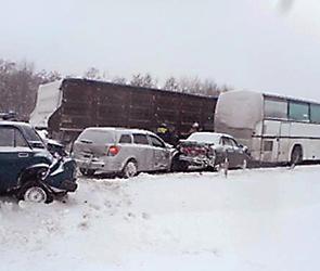 На трассе М-4 под Воронежем столкнулись автобус, фура и две легковушки
