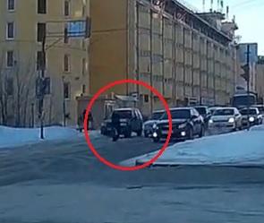 На видео попал опасный маневр автомобилиста, едва не стоивший жизни воронежцу