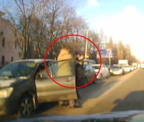 Очевидцы сняли на видео драку пешехода и автохама в Воронеже