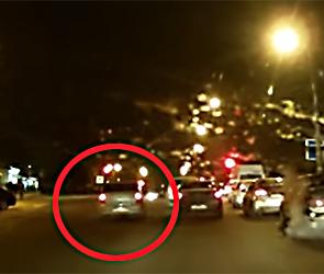 В Воронеже сняли видео с лихачем на Рено, летящим по встречке на красный свет