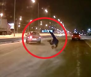 Появилось видео ДТП у ТЦ «Град» в Воронеже: машина на «зебре» сбила пешехода