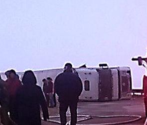 Опубликованы фото ДТП с опрокинувшейся фурой на мосту под Воронежем