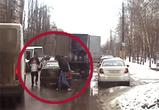 Опубликовано видео дерзкой кражи бочонка пива из грузовика на дороге в Воронеже