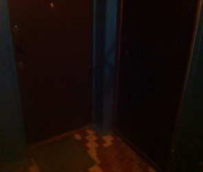 Мать двухлетнего малыша 2 дня спит у двери квартиры, в которую ее не пускает муж