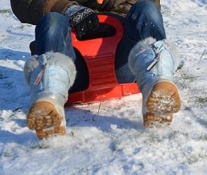 В Воронежской области еще одна девочка попала под колеса авто, катаясь с горки