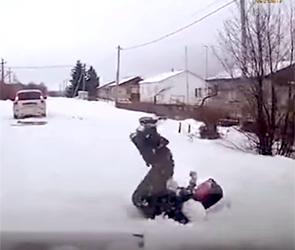 Появилось видео, как воронежец на самодельных санках вылетел под колеса машины