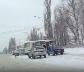 В Воронеже маршрутка зацепила два авто и врезалась в забор