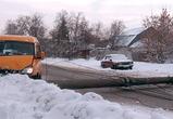 На Ломоносова в Воронеже два столба рухнули поперек дороги, помяв микроавтобус