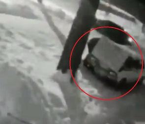 На видео сняли дерзкую кражу аккумулятора из машины в Воронеже
