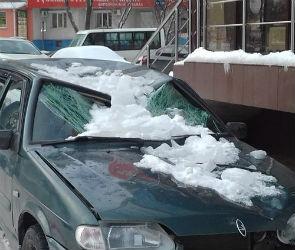 На улице Шишкова в Воронеже ледяная глыба раздавила ВАЗ