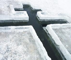 Воронежцам напомнили о противопоказаниях при купании в Крещение в проруби