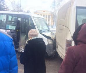 Три человека пострадали в столкновении трех маршруток на Московском проспекте