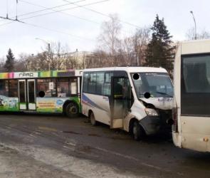 Число пострадавших в аварии с тремя маршрутками в Воронеже выросло до четырех