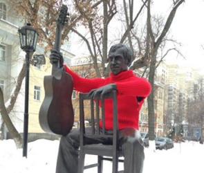 Воронежцы «утеплили» памятник Высоцкому красным свитером