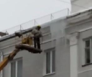 Воронежцы сняли на видео «ювелирную» уборку сосулек с крыш