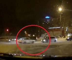 На видео попало жесткое лобовое столкновение двух машин в Воронеже
