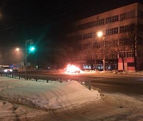Воронежцы сняли на видео полыхающую на дороге иномарку