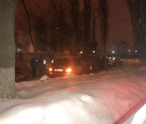 В Воронеже коммунальщики засыпали снегом малолитражку