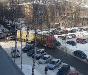 В центре Воронежа фура «не вписалась»  поворот и перекрыла движение