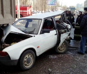 В Воронеже «Москвич» столкнулся с двумя грузовиками, пострадала женщина