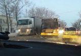 На левом берегу Воронежа автобус врезался в фуру, есть пострадавшие