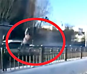 В Воронеже появилось видео ДТП с Субару, на скорости сбившей на переходе женщину