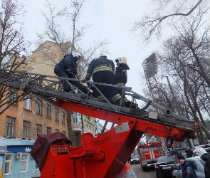 В центре Воронежа спасатели сняли с крыши неадекватного мужчину