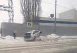 В Воронеже из-за гололеда две машины вылетели с дороги в сугробы