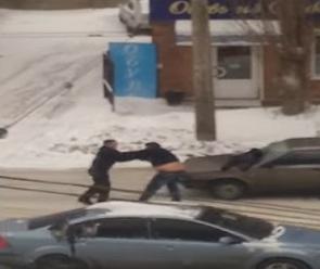 Воронежцы сняли на видео драку водителей на проезжей части