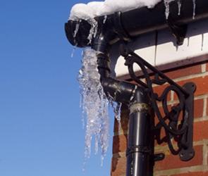 В Воронеже коммунальщики продолжают очищать крыши от сосулек и наледи