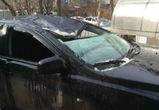 В центре Воронежа огромная сосулька раздавила припаркованную иномарку