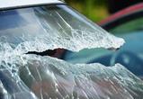 В Воронеже за неправильную парковку женщине разбили стекло машины глыбой льда