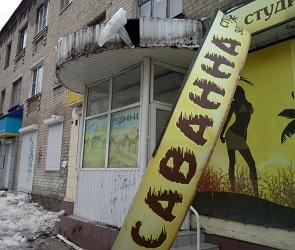 Глыбы льда рухнули на козырек студии загара в центре Воронежа