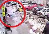 Воронежец снял на видео обрушение льдины на прохожих с крыши дома на Кольцовской