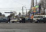 Московский проспект встал в пробке из-за массовой аварии на перекрестке
