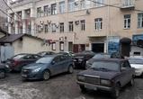 Двор напротив облправительства превратился в незаконную парковку