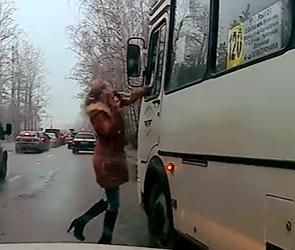 Появилось видео разборок автомобилистки с водителем ПАЗа, плюнувшим ей на голову