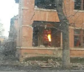 В Воронеже сняли на видео пожар в заброшенном доме на Левом берегу