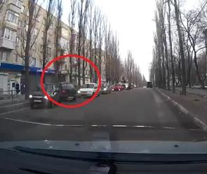 В Воронеже «Лада» врезалась во встречные машины и дерево: ДТП попало на видео