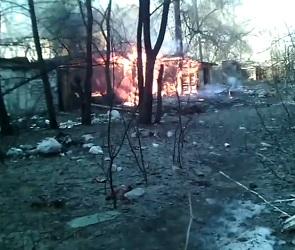 На видео попал пожар в заброшенной постройке на Ленинградской