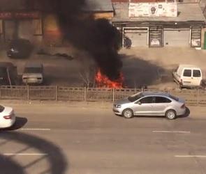Полыхающая иномарка на улице Ленина попала на видео