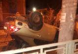 В Воронеже Ford перевернулся на крышу после столкновения с ограждением